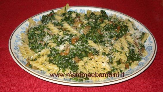 Pasta con spinaci e funghi
