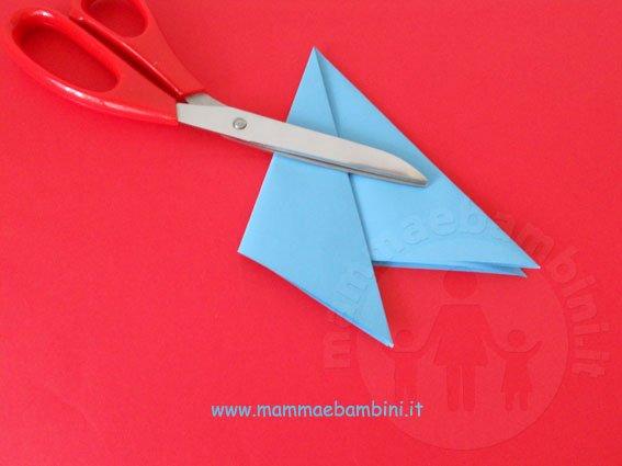 Come realizzare fiocchi di neve con la carta mamma e bambini for Decorazioni di carta da appendere