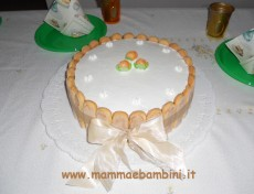 Torta rivestita con savoiardi