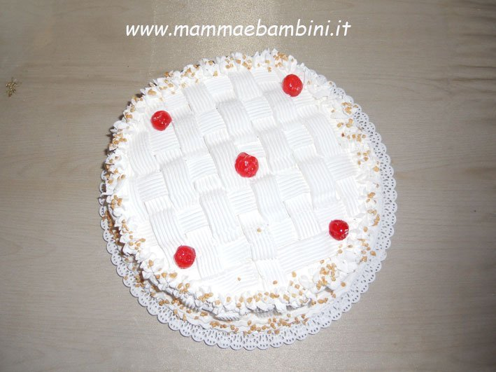 torta con decorazione a canestro mamma e bambini