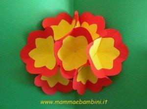 Video su come creare un biglietto 3D con fiori