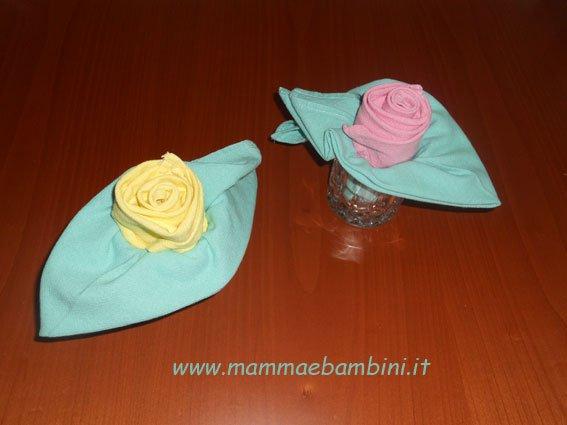Piegare i tovaglioli a forma di rosa
