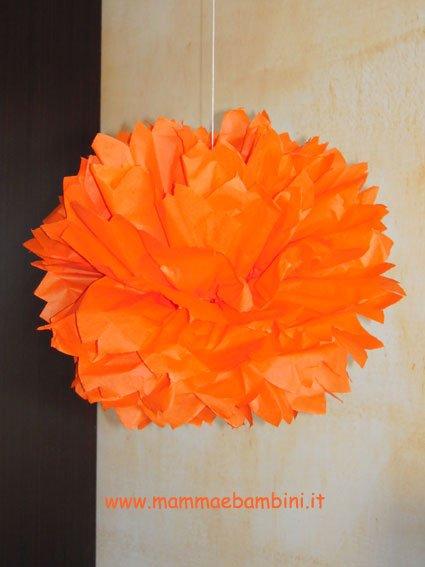 Come fare decorazioni per feste ponpon mamma e bambini - Decorazioni con fazzoletti di carta ...