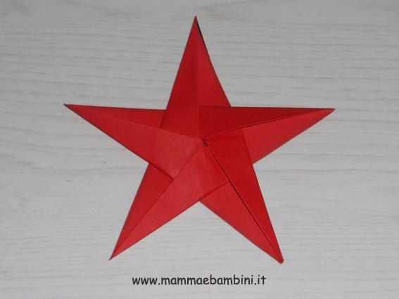 Natale: stella di carta con rosone centrale