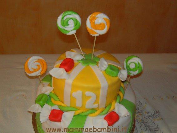 Torta compleanno decorata con caramelle
