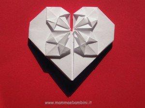 Video come fare biglietto a forma di cuore con fiore all'interno