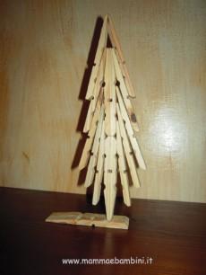Lavoretto con mollette di legno: albero di Natale