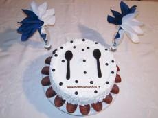 Torta con panna e decorazioni con cioccolato