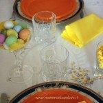 Decorare la tavola con bicchieri e ovetti colorati