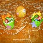 Cestini di Pasqua con bicchieri di plastica