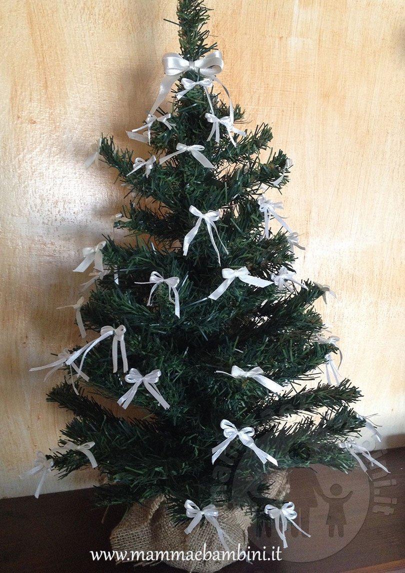 Decorare alberello di Natale con fiocchi
