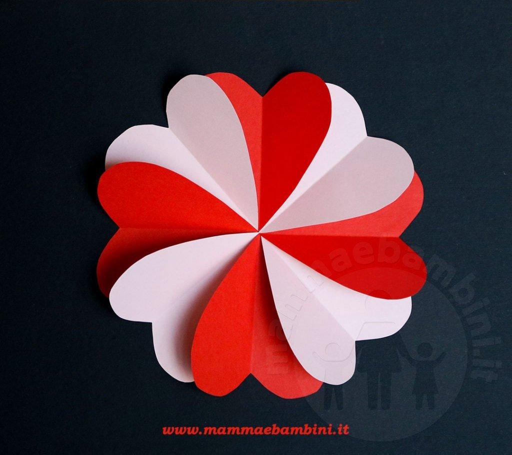 Lavoretto fiore con cuori di carta