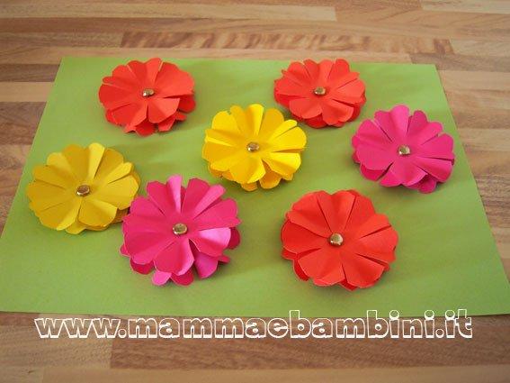 Fiori di carta come realizzarli mamma e bambini for Fiori semplici