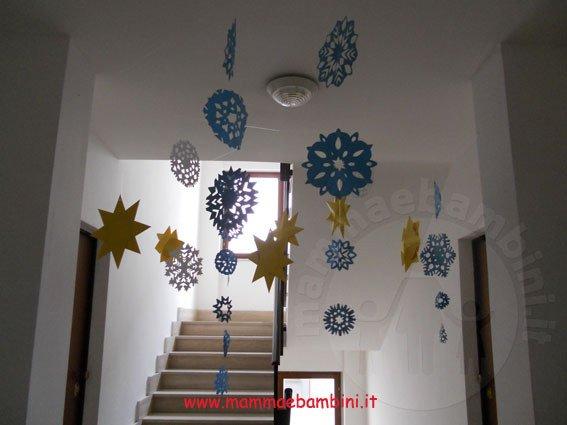 Come realizzare fiocchi di neve con la carta mamma e bambini - Addobbi natalizi per finestre scuola infanzia ...