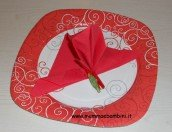 Piegare i tovaglioli a Natale: triangolo a fisarmonica