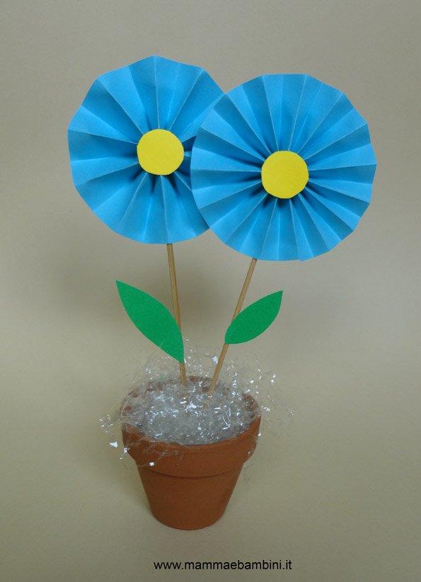 Lavoretto con i fiori di carta