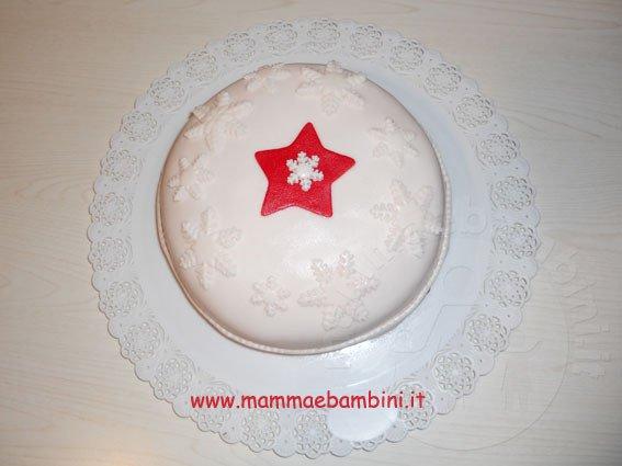 Torta natalizia con stella e fiocchi di neve