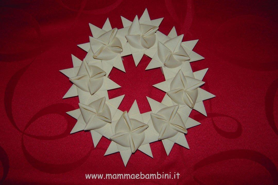 Corona natalizia con stelle di carta