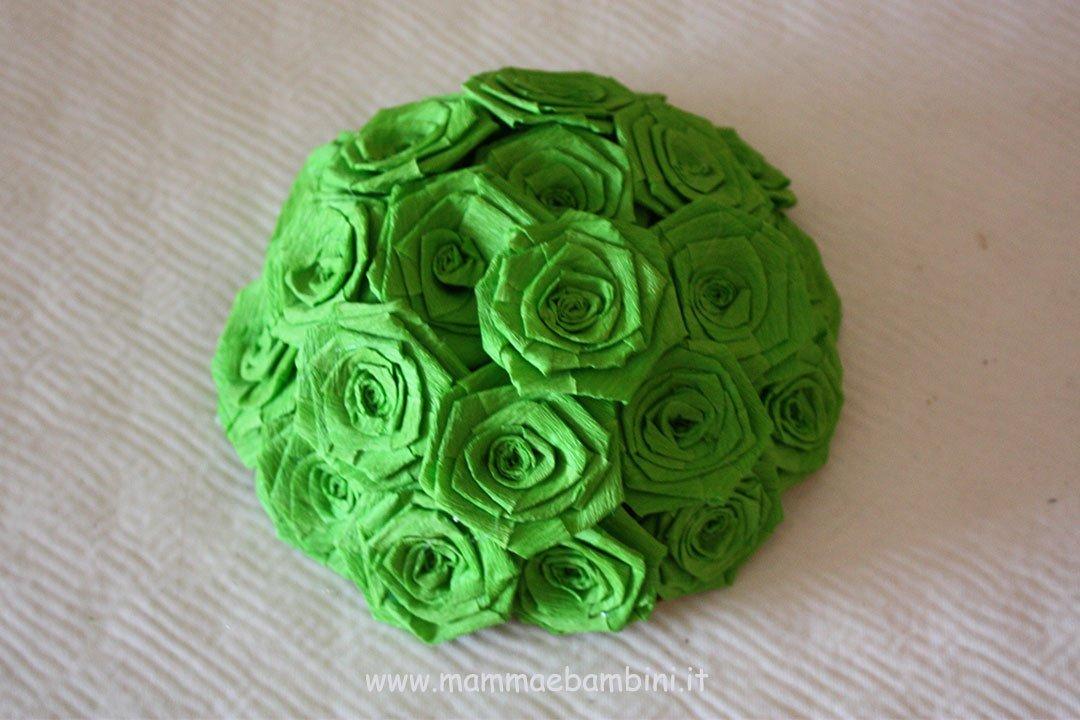 Centrotavola con rose di carta crespa 10