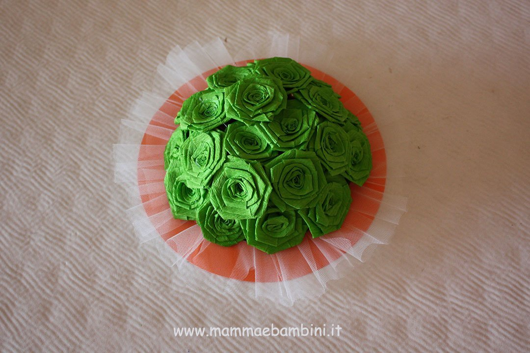 Centrotavola con rose di carta crespa 12