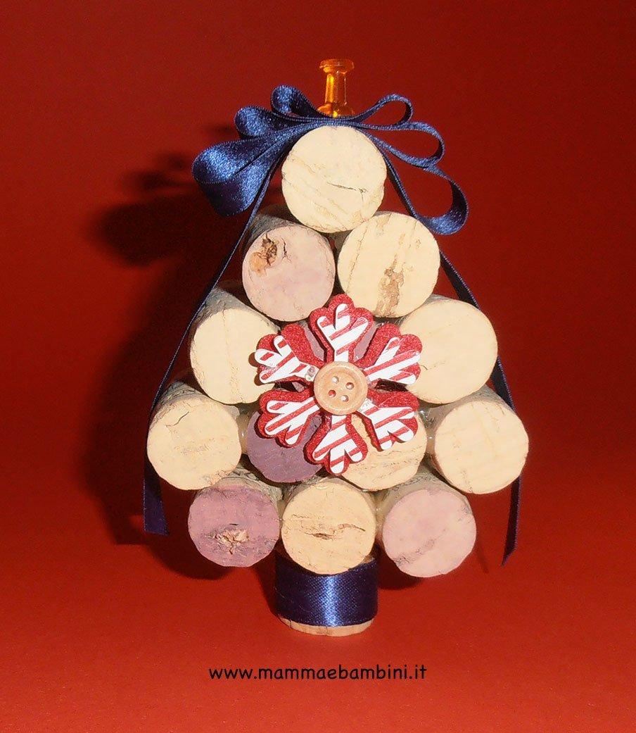 Albero di Natale con tappi di sughero nastrino2