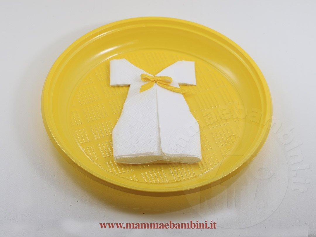 vestoto beb� con tovaglioli di carta